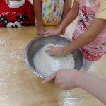 食育「お米研ぎ~おにぎりづくり」…たいよう組