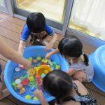 幼児さんの水遊び(ウッドデッキにて)